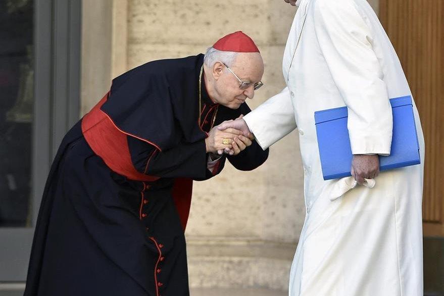 El secretario general del Sínodo, el cardenal Lorenzo Baldisseri (izquierda), recibe al papa Francisco a su llegada al sínodo de obispos celebrado en el Vaticano. (Foto Prensa Libre: EFE).