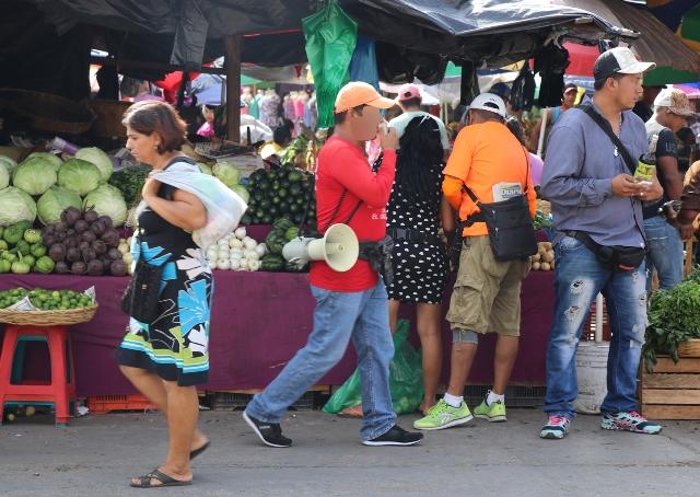 Un vendedor de lotería anuncia los sorteos en un mercado de la zona 1 capitalina. (Foto Prensa Libre: Redacción)