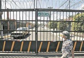 Por seguridad vecinos cierran las calles de sus colonias para evitar asaltos. (Foto Prensa Libre: Hemeroteca PL)
