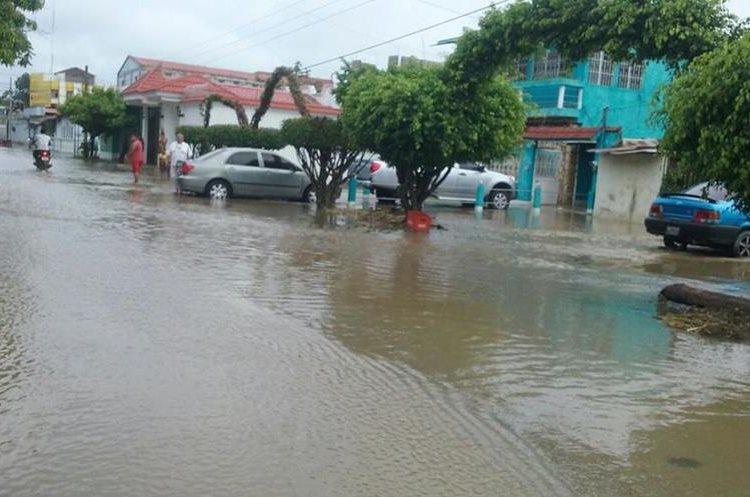 Autoridades efectúan monitoreos en barrios afectados por inundaciones, en San Benito y Santa Elena, Flores, Petén.  (Foto Prensa Libre: Rigoberto Escobar)