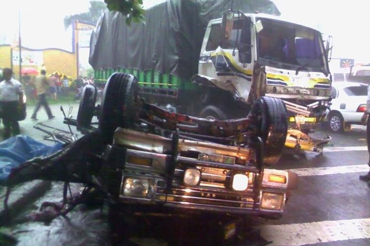 Picop volcado luego de colisioinar con un camión (Foto Prensa Libre: Jorge Tizol)