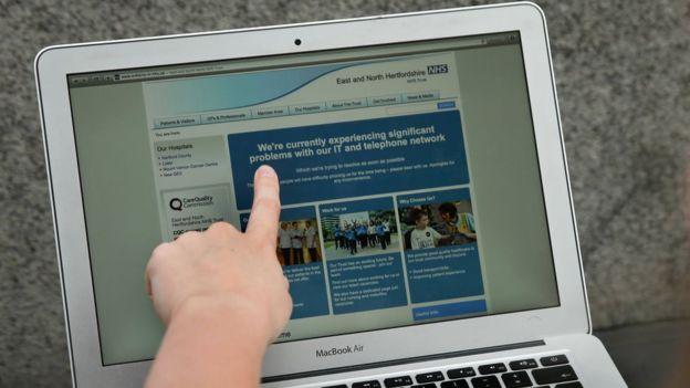 Algunos hospitales de Reino Unido fueron bloqueados al punto que los médicos no podían solicitar los historiales de los pacientes y las salas de emergencia se vieron obligadas a transferir a las personas que buscaban atenciones de urgencia. AFP