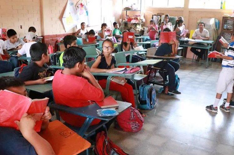 Estudiantes de la Escuela General Justo Rufino Barrios de Mazatenango fueron beneficiados porque sus docentes no apoyaron la manifestación. (Foto Prensa Libre: Cristian Soto).