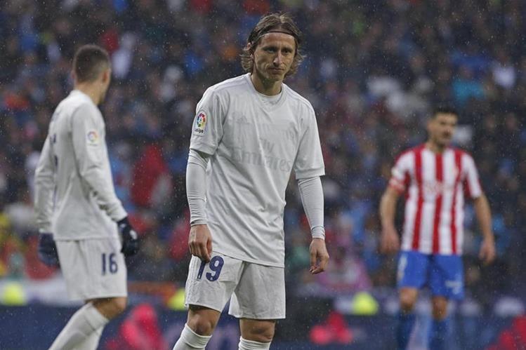 Los detalles de la camiseta de Luka Modric y el resto de jugadores se borraron por la lluvia. (Foto Prensa Libre: EFE)