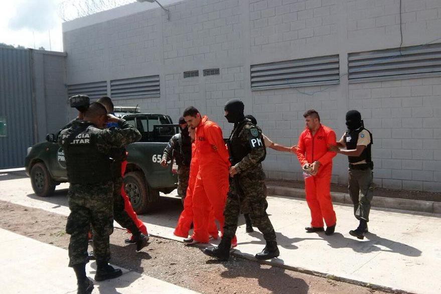 """Policías trasladan a reos a la prisión """"el Pozo"""" en Honduras donde están los pandilleros más peligrosos. (Foto Prensa Libre: AFP)."""