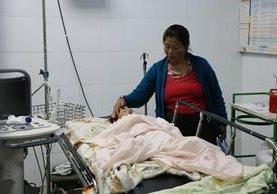 Gumersinda Gómez cuidad a su hijo Eliberto Morales, en el Hospital Nacional de San Marcos. (Foto Prensa Libre: Whitmer Barrera)