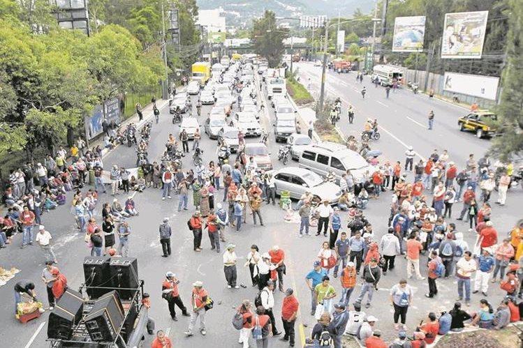 Sindicalistas bloquean la calzada Roosevelt, en el kilómetro 14.5, jurisdicción de la zona 2 de Mixco. (Foto Prensa Libre: Hemeroteca PL)