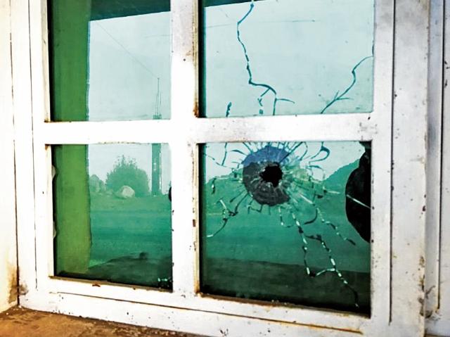 La ventana de una vivienda fue perforada por un balazo, durante uno de los enfrentamientos.
