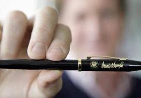 Un empleado exhibe una pluma modificada con requisitos particulares a petición del presidente de EE. UU., Donald Trump. (Foto Prensa Libre: AP).