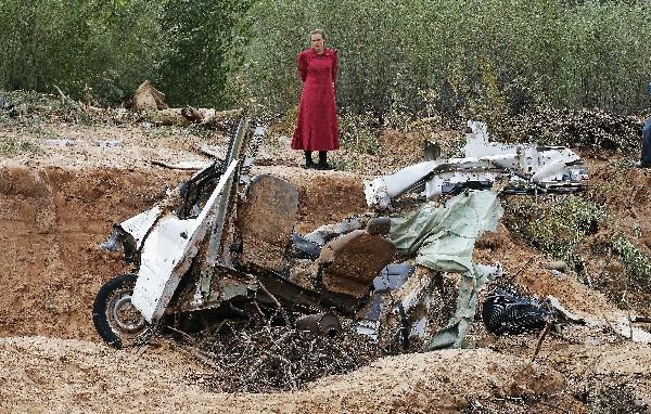 Un vehículos destruido por la inundación.(Foto Prensa Libre:AP)