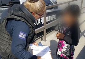 Policías en Ciudad Juárez trasladaron a la niña guatemalteca a un albergue a cargo de Instituto mexicano de migración. (Foto Prensa Libre: Cortesía)