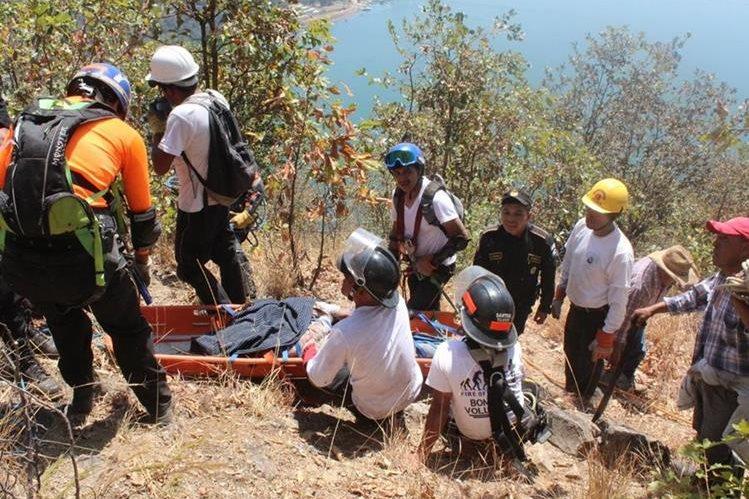 Cadáver de Fredy Sabino Cuy Morales es rescatado por Bomberos Voluntarios en San Jorge La Laguna, Sololá. (Foto Prensa Libre: Ángel Julajuj)