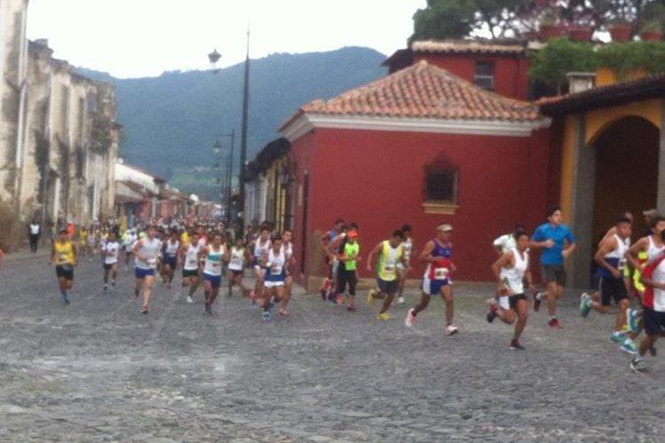 Miles de corredores compitieron por la corona este domingo. (Foto Prensa Libre: Miguel López)