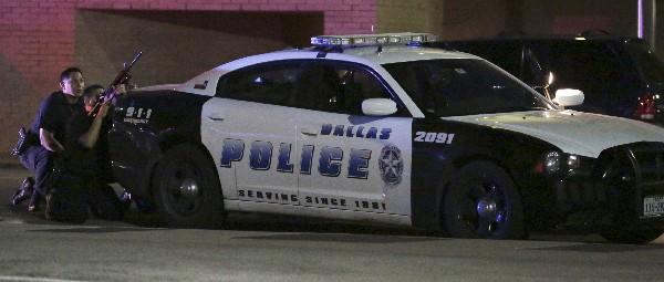 Policiás en la escena de la balacera en el centro de Dallas. (Foto Prensa Libre:AP).