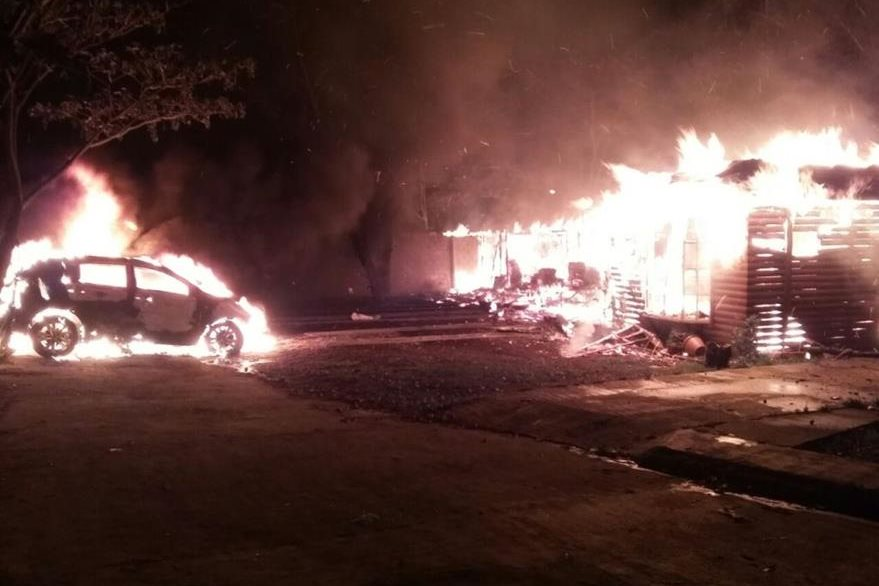 Fuego destruye vehículo estacionado en un condominio en San Benito, Petén. (Foto Prensa Libre: Rigoberto Escobar).