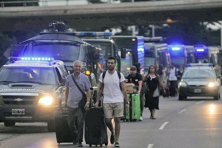 Viajantes se vieron afectados por los incidentes. (Foto Prensa Libre: AFP).