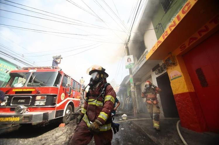 A diario decenas de trabajadores públicos hacen su mejor esfuerzo para contribuir a formar una mejor sociedad. (Foto Prensa Libre: HemerotecaPL)