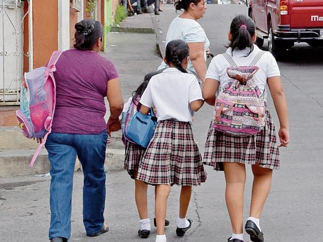 Padres de familia acompañan a sus hijos a los establecimientos educativos en Escuintla para evitar que sean víctimas de la delincuencia. (Foto Prensa Libre: Enrique Paredes)
