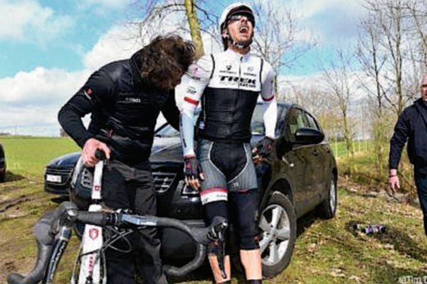 Cancellara hace evidente su dolor tras la caída en la competencia. (Foto Prensa Libre: Twitter)