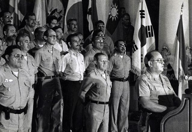 El jefe de Estado, Mejía Víctores ofrece su discurso a la prensa luego de ser juramentado, observa atrás la plana mayor del ejército. (Foto: Hemeroteca PL)