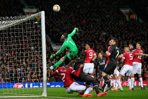 El Liverpool consiguió un empate en la casa del Manchester United, que le dio el pase. (Foto Prensa Libre: AP)