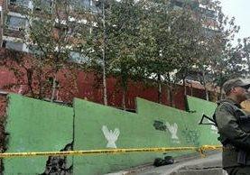 Las bolsas con los restos humanos fueron dejados en el ingreso al condominio donde vive el alcalde de Mixco, en la zona 6 del municipio. (Foto Prensa Libre: Estuardo Paredes)