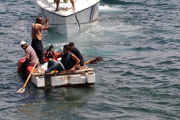 Un grupo de balseros cubanos intenta llegar a las costas estadounidenses. (Foto Prensa Libre: EFE)