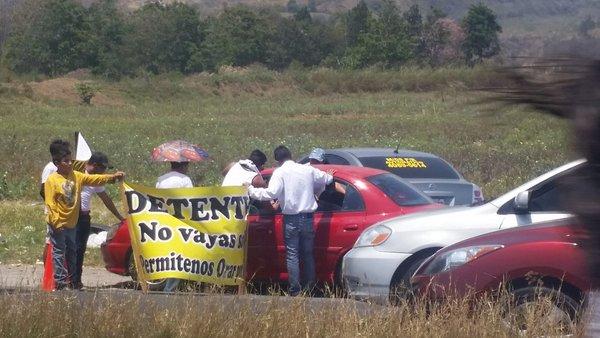 Un grupo de jóvenes salió a la carretera al Pacífico para orar por los automovilistas y veraneantes. (Foto Prensa Libre: @PampichiNews)