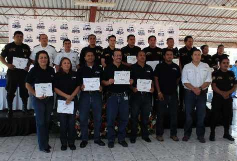 Participantes del curso muestran sus  diplomas.