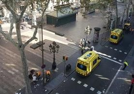Policía y ambulancias llegan al lugar del atropellamiento. (Foto del sitio lavanguardia.com)