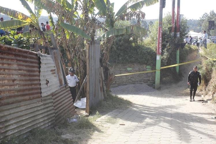 Autoridades recaban evidencias en la entrada a la vivienda de la víctima. (Foto Prensa Libre: Víctor Chamalé)