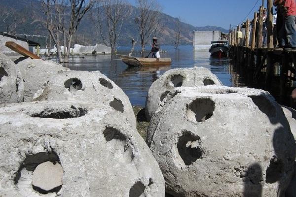 Estructuras de arrecifes artificiales antes de ser sumergidas en el fondo del Lago de Atitlán, frente a San Juan La Laguna, Sololá.