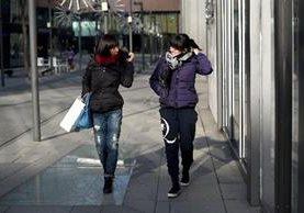Las mujeres que usan tacones bajo no reciben la misma atención de los hombres por aquellas que usan un tacón alto. (Foto Prensa Libre: AFP)