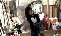 Los afectados por incendio en zona 3 decidieron ayudar en el proyecto al grupo de jóvenes. (Foto Prensa Libre: Videotellers)