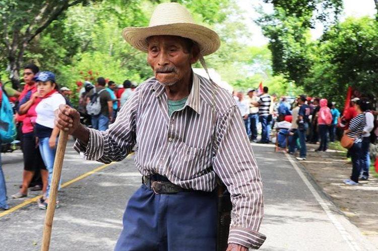 Un adulto mayor se vio afectado por el bloqueo en Chiquimula. (Foto Prensa Libre: Mario Morales)