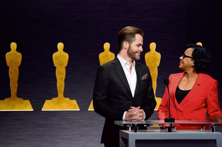 El actor Chris Pine y la presidenta de la Academia de Hollywood, Cheryl Boone Isaacs, durante el anuncio de los candidatos a los Óscar celebrado en Beverly Hills. (Foto Prensa Libre: EFE)