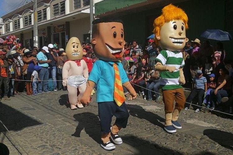 Los convites estarán recorriendo calles y avenida de Sumpango hasta las 17 horas. Los personajes de caricaturas irán acompañados de música. (Foto Prensa Libre: Oscar Felipe)