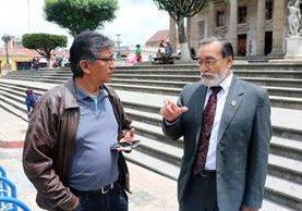 Óscar Vinicio Roquel, nuevo director del Codede, conversa con Luis Grijalva, alcalde de Quetzaltenango, frente al Teatro Municipal de Xela. (Foto Prensa Libre: Carlos Ventura)