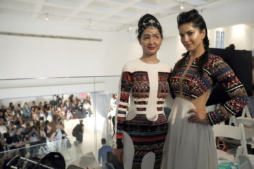 La modelo india posa junto a la actriz Sunny Leone en la pasarela de la firma Archana Kochhar. (Foto Prensa Libre: AP)