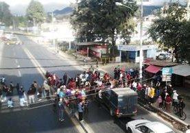 """<p>Salubristas que exigen el pago de sus salarios, bloquean el tránsito vehicular en Quetzaltenango, (Foto Prensa Libre: Alejandra Martínez)<br _mce_bogus=""""1""""></p>"""