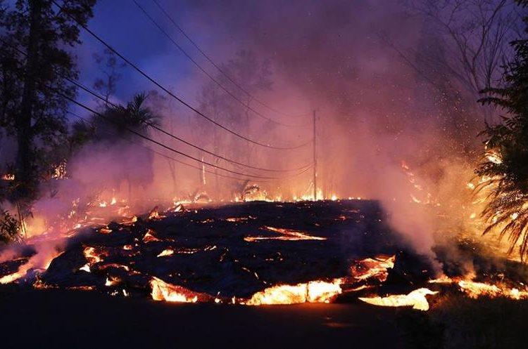 La lava de una fisura del volcán Kilauea avanza una calle residencial en Leilani Estates, en la isla grande de Hawái.