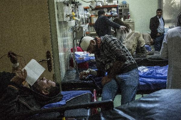 Varios heridos reciben atención en un hospital de Bagdad,Irak. (AFP).