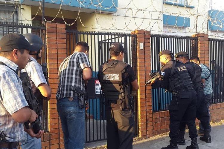 "<span style=""font-size: 12px;"">Agentes policiales se preparan para ingresar a la vivienda donde mantenían cautiva a la víctima ( Foto Prensa Libre: PNC)</span>"