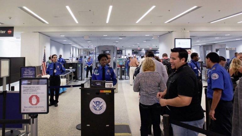 Gobierno de EEUU aumenta controles migratorios para extranjeros.