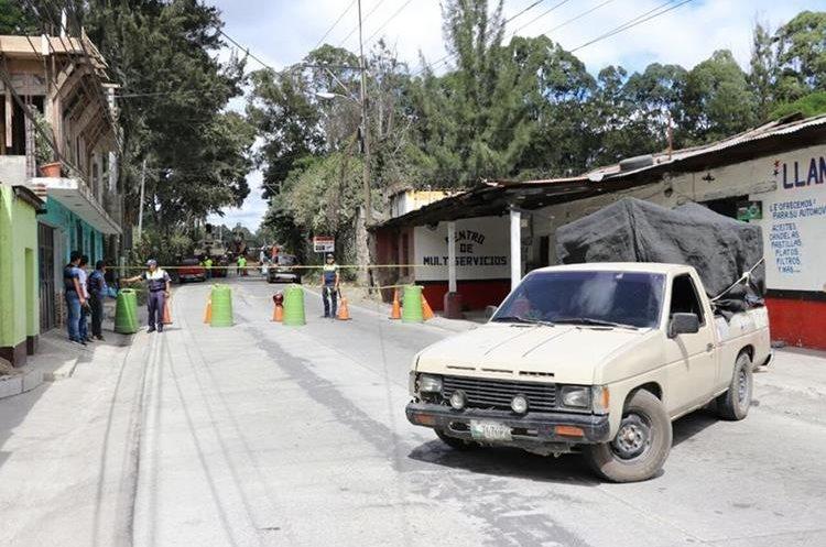 Desde agosto último, los daños en una bóveda agrietaron la carretera en el km 68.2 de la ruta entre Pastores y Antigua Guatemala. (Foto Prensa Libre: Renato Melgar)