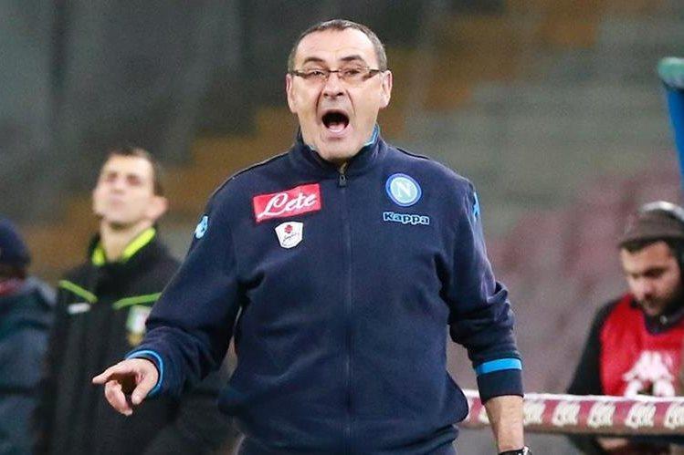 El técnico del Napoli Maurizio Sarri, podría ser sancionado por insultos racistas contra el entrenador del Inter de Milán Roberto Mancini. (Foto Prensa Libre: AFP)