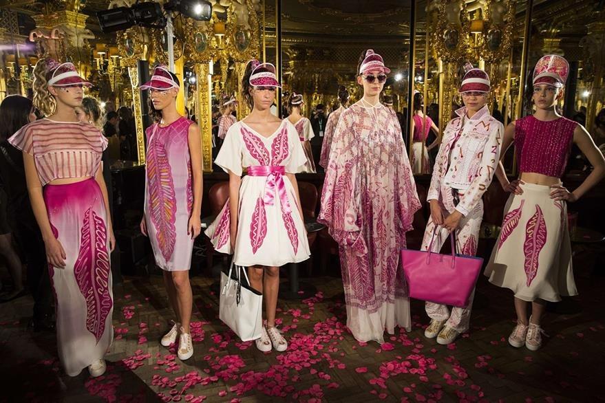 La colección Primavera-Verano 2016 de Zandra Rhodes, es una apuesta al color y a la libertad. (Foto Prensa Libre: AFP).
