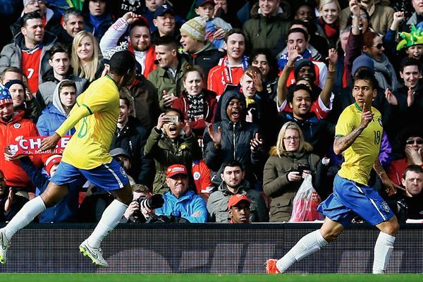 Firmino sentenció a Chile con un gol en la recta final del duelo. (Foto Prensa Libre:AP)