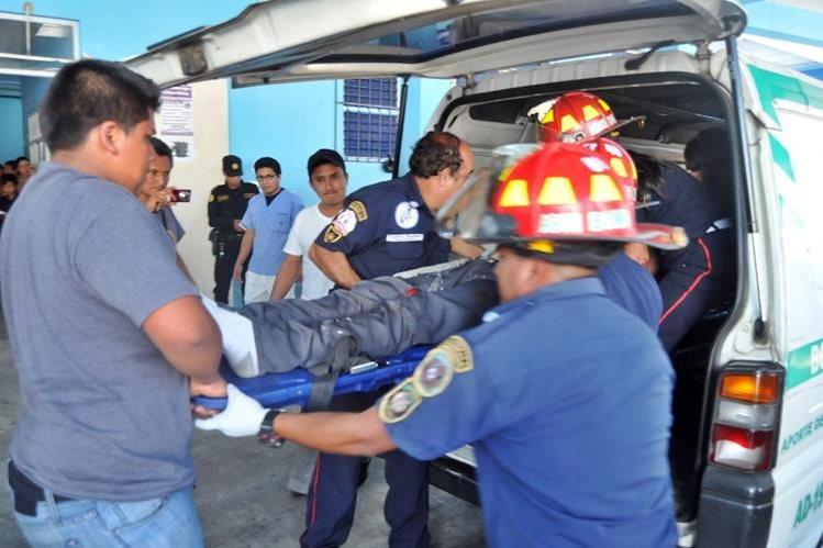 Bomberos Municipales Departamentales trasladan al motorista al Hospital Regional de Coatepeque, Quetzaltenango, donde falleció. (Foto Prensa Libre: Alexánder Coyoy)