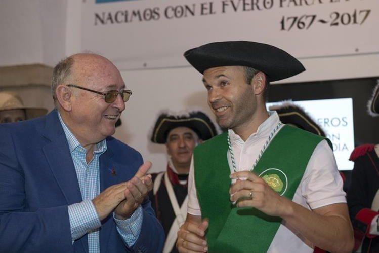 Andrés Iniesta junto con el alcalde de Carboneros Domingo Bonillo(i) tras entregarle el sombrero de tres picos de Carlos III. (Foto Prensa Libre: EFE)